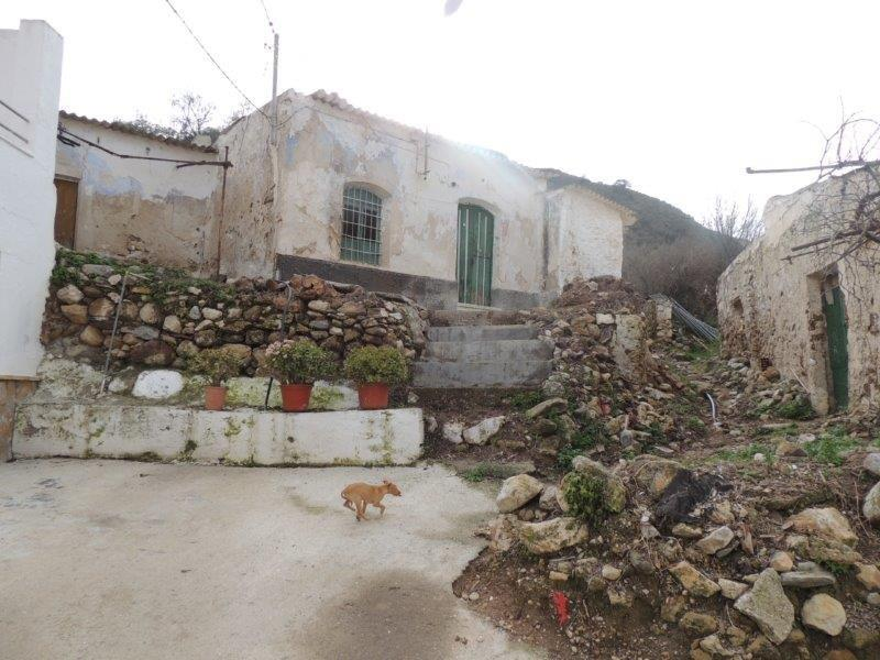ml703-Rarely offered. Cortijo for reform on 3,000m2.